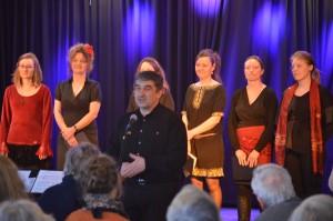 Sedjanka synger og fortæller i Ebeltoft i marts 2014. I forgrunden korets dirigent Michael Deltchev